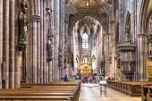 People visit the minster in Freiburg — Stock Photo