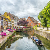 People visit little Venice in Colmar, France — Stockfoto