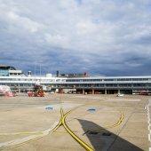 Aircraft at gate in Terminal 2 in Hamburg — Stock Photo