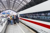 People hurry to the intercity train — Stockfoto