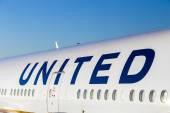 United Airlines aircraft logo at an aircraft — Stock Photo