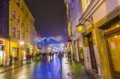 People visit christmas market in Krakow, Poland by night — Stock Photo