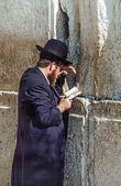 Homme juif orthodoxe prie dans le mur ouest — Photo