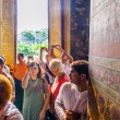 People visit lying buddha in Wat Pho — Stock Photo #60237821