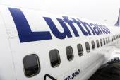 Lufthansa Boeing 737 ready for boarding  — Stock Photo