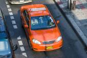 Taxi driver without passenger in Bangkok — Stock Photo