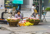 Unidentified street vendor selling vegetables in Bangkok — Stock Photo