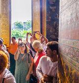 People visit lying buddha in Wat Pho — Foto de Stock