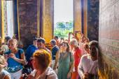 People visit lying buddha in Wat Pho — Stock Photo