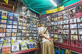 Woman looks for music CDs at the street market in Bangkok — Stock Photo