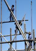People work on a bamboo scaffold in Beijing — Foto Stock