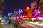 People visit Ocean drive buildings in South beach at ocean drive — Stock Photo
