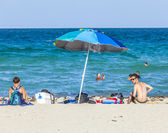 People enjoy the afternoon sun at South Beach in Miami — Stock Photo