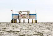 Offshore oil rig near Harlingen, Nederlande — Stock Photo