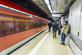 People wait at the metro station for the arriving train — Foto Stock