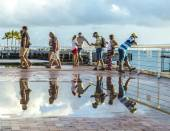 People enjoy the sunset point at Mallory square in Key Wes — Stock Photo