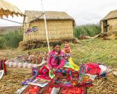 Local women in traditional attire work sell handicrafts — Stock Photo