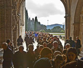 People visit the Monastery of Jeronimos — Stock Photo