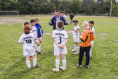 Trainer discusses the football match with the young players — Foto de Stock