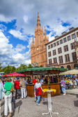 People enjoy the market at central market place in Wiesbaden — Stock Photo