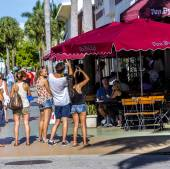 People go shopping in the afternoon sun in Lincoln Road — Stock Photo