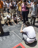 People admire the hand and Footprints of Harry Potter — Stock Photo