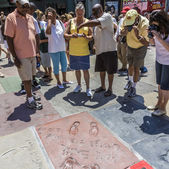 People admire the hand and Footprints of Will Smith und Douglas  — Stock Photo