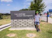 boy poses at entrance of the Lee and Jamail skatepark  — Foto Stock