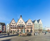 People on Roemerberg square in Frankfurt — Stock Photo