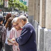 Older senior couple reads the map to orientate in San Francisco — Stock Photo
