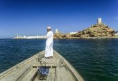 Arabic ferry man transports passenger in an old traditional boat — Stock Photo