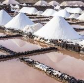 Salt piles in the saline of Janubio  — Stock Photo