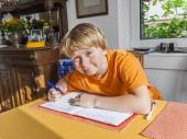 かわいい弟子本に書いて、宿題の準備 — ストック写真