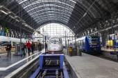 People arriving or departing at the Frankfurt main train station — Stock Photo