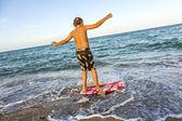 Ragazzo impara surf alla spiaggia — Foto Stock