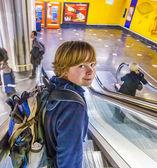 мальчик на движущиеся лестницы — Стоковое фото