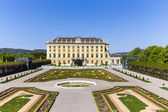 Royal palace in Vienna during sunny spring day prince garden vie — Stock Photo