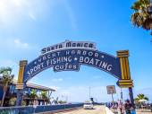 The welcoming arch of Santa Monica Pier — Stock Photo