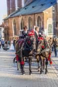 Carrozze davanti alla chiesa mariacki sulla piazza principale di kr — Foto Stock
