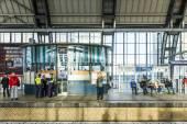 Lidé cestují na stanici metra Alexanderplatz v Berlíně — Stock fotografie