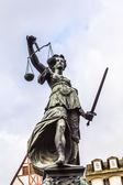 Justitia - Κυρα-δικαιοσύνη - γλυπτική στην πλατεία Roemerberg στην — Φωτογραφία Αρχείου