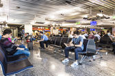 Cestující v odletové hale — Stock fotografie