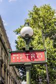 Parijse metro teken met een lantaarnpaal tegen vintage muur — Stockfoto