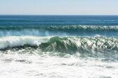 Brytande våg på stranden — Stockfoto