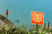 Warning sign on cliff — Stock Photo
