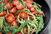 Spaghetti with Roasted Tomatoes and Asparagus Pesto — Stock Photo