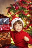 クリスマス ギフト クリスマスの木の近くに幸せな少年 — ストック写真