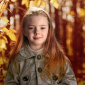 Mutlu çocuk sonbahar park — Stok fotoğraf