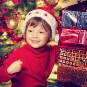 Yakın noel ağacı noel hediye ile mutlu çocuk — Stok fotoğraf
