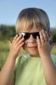 Child in sunglasses summer outdoors on a sunny day — Photo